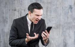 uomo-d-affari-adulto-arrabbiarsi-e-urlare-al-telefono_23-2148112894